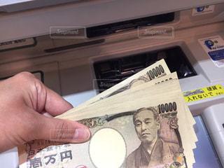 紙幣を持つ手の写真・画像素材[3031475]