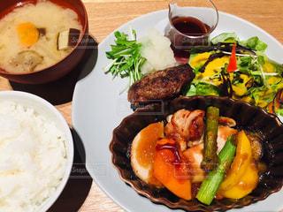食べ物の皿をテーブルの上に置くの写真・画像素材[3090858]