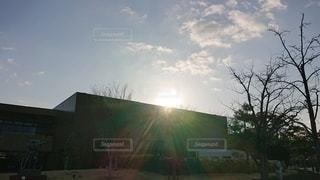 背景に夕焼けのある家の写真・画像素材[2927296]