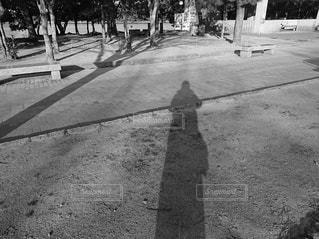 立っている人の影の写真・画像素材[2931467]