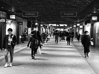 歩道を歩いている人々の写真・画像素材[2932116]