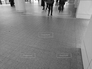 歩道を歩いている人々のグループの写真・画像素材[2932138]