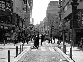 にぎやかな街の通りの白黒写真の写真・画像素材[2932146]