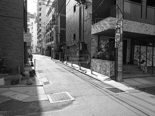 街の通りの白黒写真の写真・画像素材[2932164]