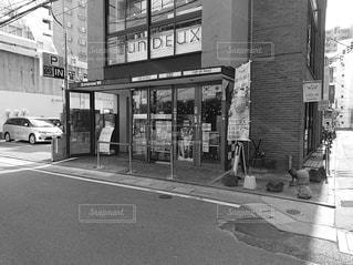 歩道に店がある建物の写真・画像素材[2932162]