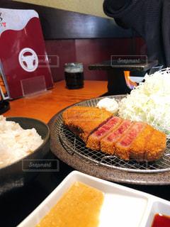 食べ物の皿をテーブルの上に置くの写真・画像素材[2927740]