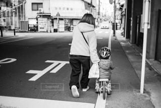 通りを歩いている人の写真・画像素材[2946288]