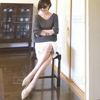 窓の前に立っている女性の写真・画像素材[2936687]