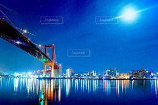 水の体に架かる橋の写真・画像素材[2937258]