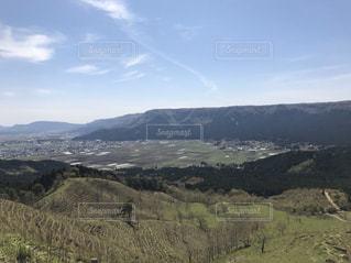 背景にある大きな山の写真・画像素材[2936569]