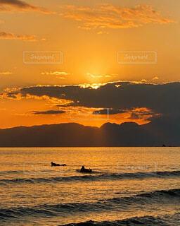サーファーと夕焼けの写真・画像素材[4110284]