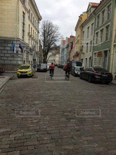市街の通りに駐車している車の写真・画像素材[2939586]