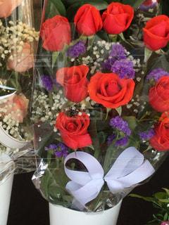 テーブルの上の花瓶に花束を置くの写真・画像素材[2939552]