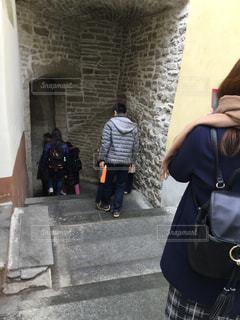 歩道に立っている人の写真・画像素材[2939522]
