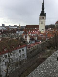 都市の上にそびえ立つ大きな時計の塔の写真・画像素材[2939511]