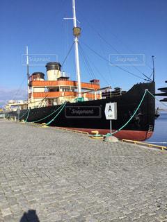 水域の中の大きな船の写真・画像素材[2939498]