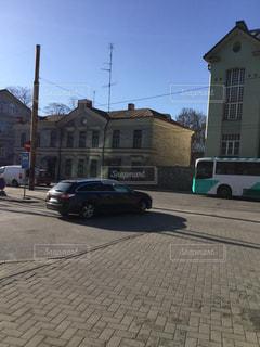 通りの脇に駐車している車の写真・画像素材[2939490]