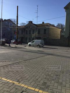 レンガの建物の隣の空の通りの写真・画像素材[2939491]