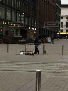 にぎやかな街の通りのクローズアップ バイオリニストの写真・画像素材[2939465]