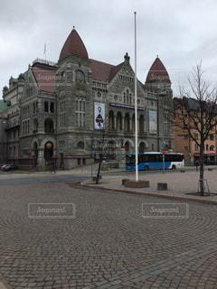 建物の前の通りのクローズアップの写真・画像素材[2939475]