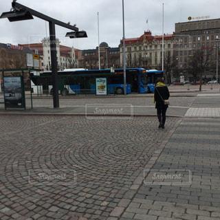 通りを歩いている人の写真・画像素材[2939474]
