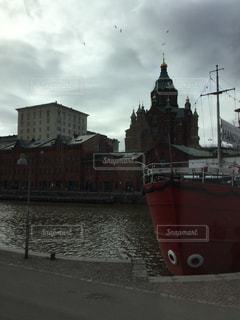 水域の中の大きな船の写真・画像素材[2939471]