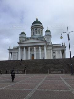 建物の前を歩く人々のグループの写真・画像素材[2939472]
