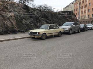 道路の脇に駐車している車の写真・画像素材[2939462]
