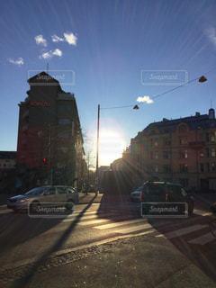 道路の脇からぶら下がっている信号の写真・画像素材[2939456]