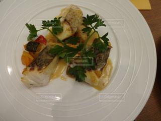 魚と野菜をトッピングしたプレートの写真・画像素材[2943950]