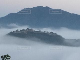 山を背景に雲海から顔を出す竹田城跡の写真・画像素材[2941305]