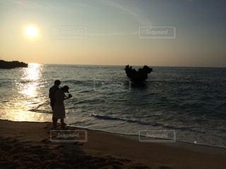 水域の隣に立っているカップルの写真・画像素材[2941311]