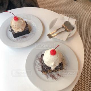 インスタ映えするカフェのアイスクリームブラウニーの写真・画像素材[2941413]