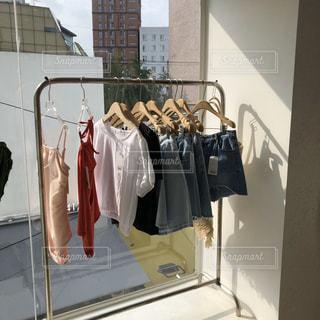 かわいい洋服がラックにかかっているの写真・画像素材[2941426]
