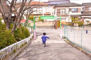 卒園した幼稚園から走り去る少年の写真・画像素材[3050833]