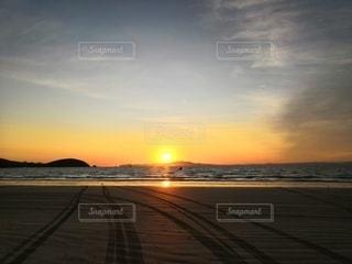 ビーチに浮かぶ日の出の写真・画像素材[2946256]