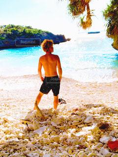 砂浜の上に立っている男の写真・画像素材[2947085]
