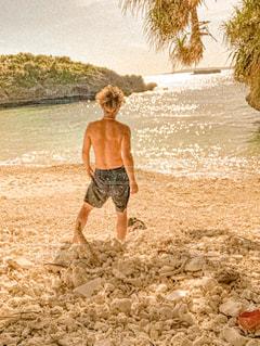砂浜の上に立っている私の写真・画像素材[2947144]