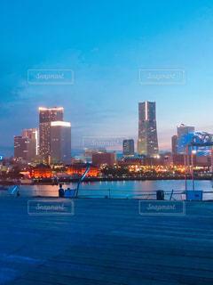 背景に都市がある大きな水域の写真・画像素材[3273686]