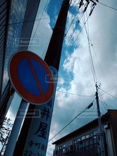 建物の側面にある看板の写真・画像素材[2950931]