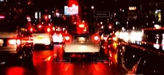 雨夜の交通で満たされた通りの写真・画像素材[2963303]