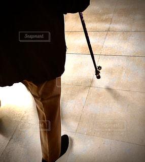 黒い靴を履いた足の写真・画像素材[3045213]