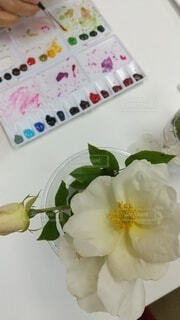 テーブルの上に花の花瓶の写真・画像素材[4442909]