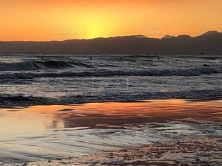 オレンジ色の空と海の写真・画像素材[2963025]
