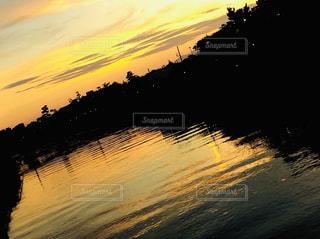 夕焼け色に染まる湘南の川の写真・画像素材[2967979]