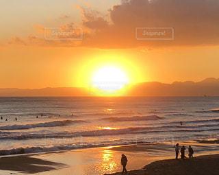 夕焼けと海を楽しむ人々の写真・画像素材[2968161]