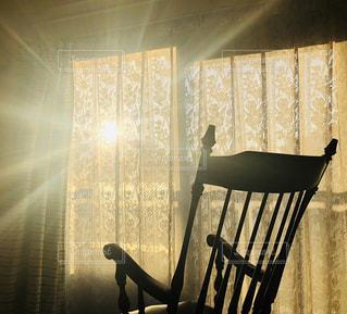 朝陽の当たる部屋の写真・画像素材[3083620]