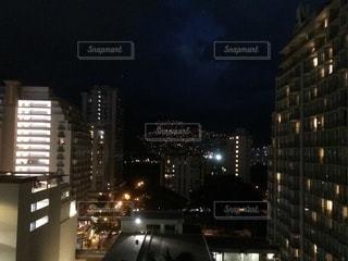 夜にライトアップされた街の写真・画像素材[2971246]