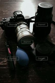 テーブルの上のカメラ・手入れの写真・画像素材[2971949]