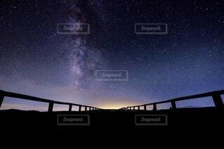 天の川と満天の星空の写真・画像素材[3718110]